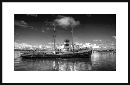 derilect-fishing-boat-in-bw